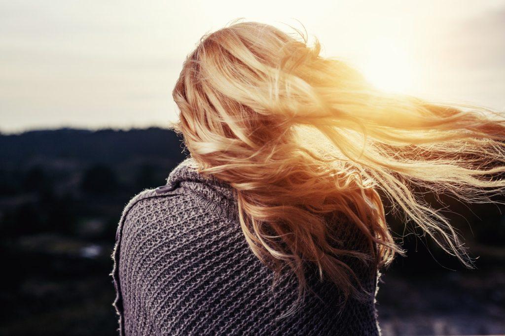 Tipy pre jemné vlasy: Ako docieliť objemu, ktorý vydrží dlhšie ako hodinu