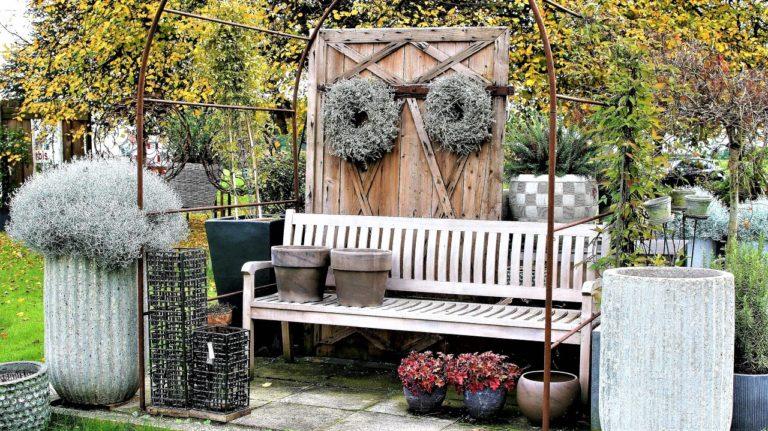 Záhradná lavička pre dokonalé jesenné večery na záhrade